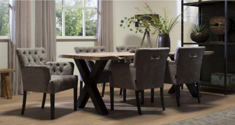 Geweldige sfeer aan de eettafel met goedkope stoelen