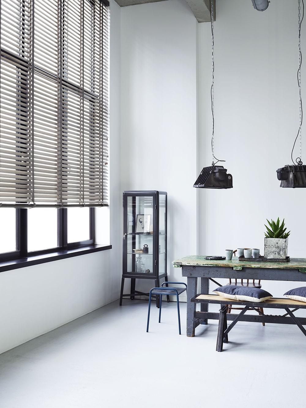 Industriële inrichting met strakke raamdecoratie