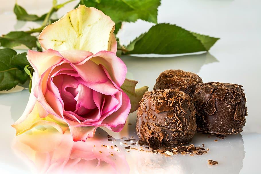 Bloemen met een heerlijke doos chocola
